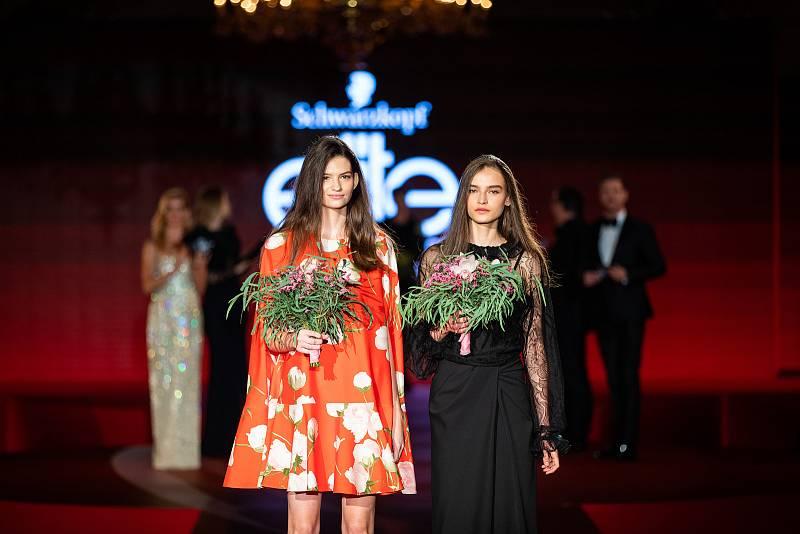 Vítězky Schwarzkopf Elite Model Look 2021. Vlevo vítězka pro Slovenskou republiku Lenka Saturyová, vpravo vítězka pro Českou republiku Amélie Konšelová.