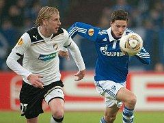 František Rajtoral (vlevo) ve sprintu s Draxlerem ze Schalke.