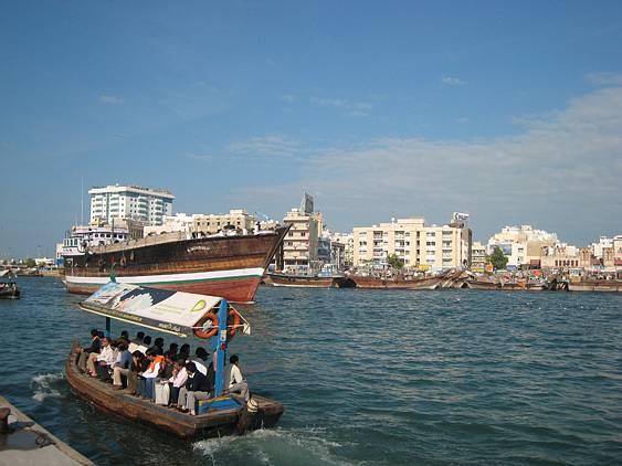 Moderní stavby se v Dubaji snoubí s prastarou tradicí. Stejně jako před sto lety se po dunajském zálivu plaví dřevěné nákladní čluny. Dnes ale poháněné dieselovými motory.