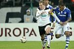 David Limberský uniká Farfánovi ze Schalke,