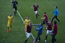Fanoušci Sparty před koncem zápasu s Jihlavou vběhli na trávník, duel musel být přerušen.