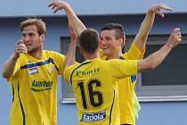 Fotbalisté Zlína se radují z gólu.