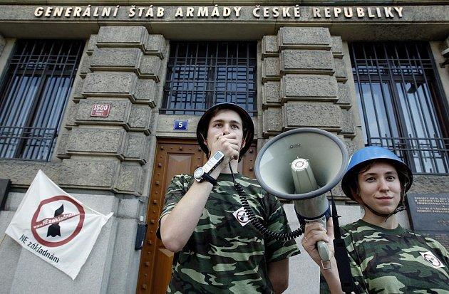 Aktivisté z hnutí Ne základnám protestovali 10. června před Generálním štábem AČR v Praze proti vykázání aktivistů Greenpeace z kóty 718 v Brdech, kde má stát americký radar. Vojáci kótu v nejbližších dnech oplotí.