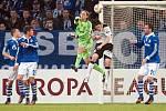 Gólman Schalke Hildebrand vyboxovává míče před plzeňským Čišovským.