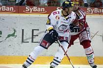 Petr Nedvěd (vlevo) z Liberce v zápase se Slavií.