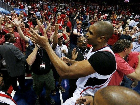 Al Horford slaví s fanoušky výhru Atlanty