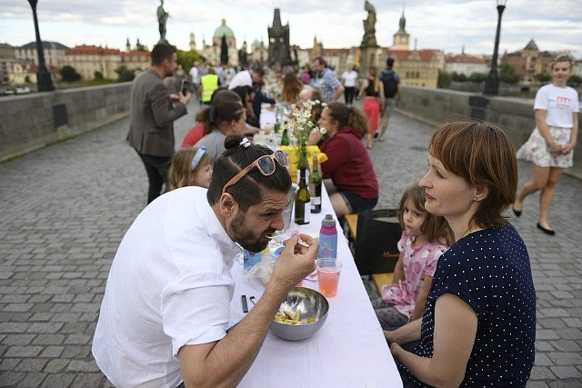 Netradiční hostina u půlkilometrového stolu přímo na Karlově mostě 30. června 2020 večer symbolicky ukončila koronavirovou dobu a ukázala oživení historického centra Prahy.