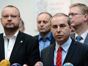 Předseda KDU-ČSL Pavel Bělobrádek (vpravo), místopředseda strany Jan Bartošek (vlevo) a předseda lidoveckého poslaneckého klubu Jiří Mihola.