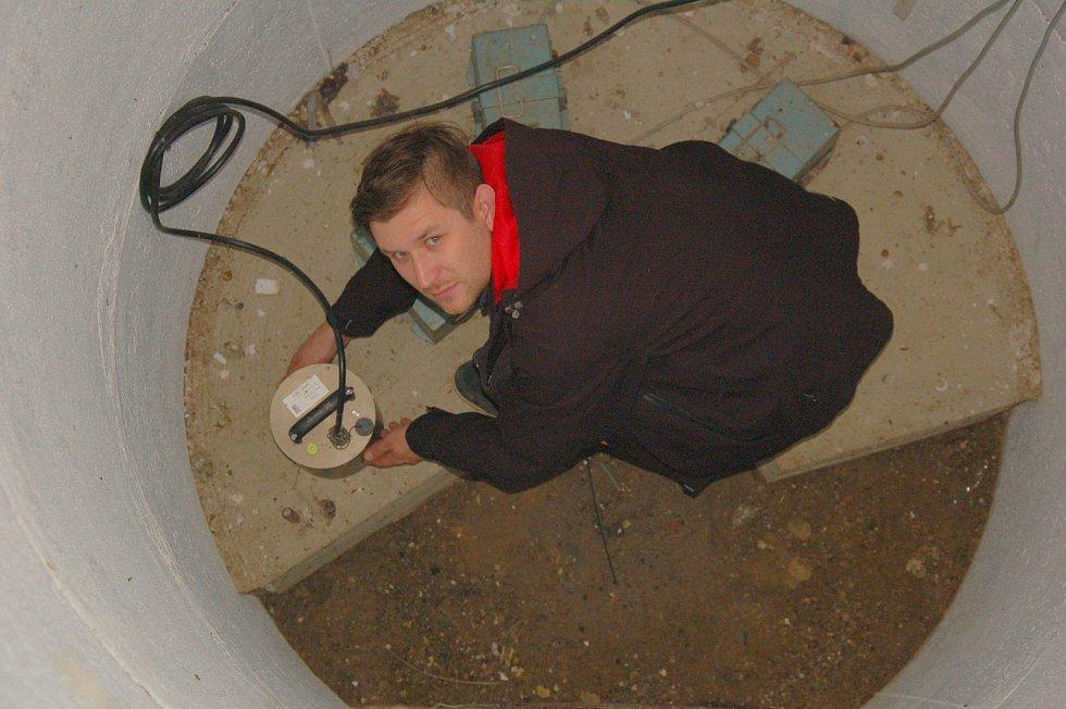 Po celém Chebsku je umístěno několik seismologických stanic. Seismografy v několikametrové hloubce ukázal seismolog Jakub Klicpera.