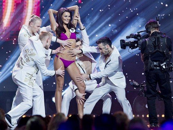 Na snímku finalistka s číslem 5 Nikol Švantnerová při promenádě v plavkách.