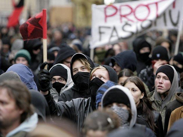 Stovky mladých anarchistů se sešly na protest proti plánovanému pochodu nacionalistů v den výročí křišťálové noci. Pochod směřoval z Náměstí republiky na Staré město.