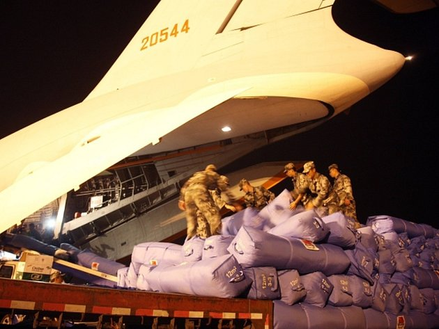 Jediné mezinárodní letiště v Nepálu, který postihlo ničivé zemětřesení, je zahlcené přilétajícími letadly.