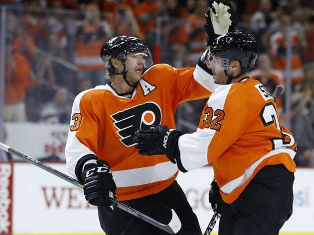 Hokejisté Philadelphie Jakub Voráček (vlevo) a Mark Streit se radují z gólu.
