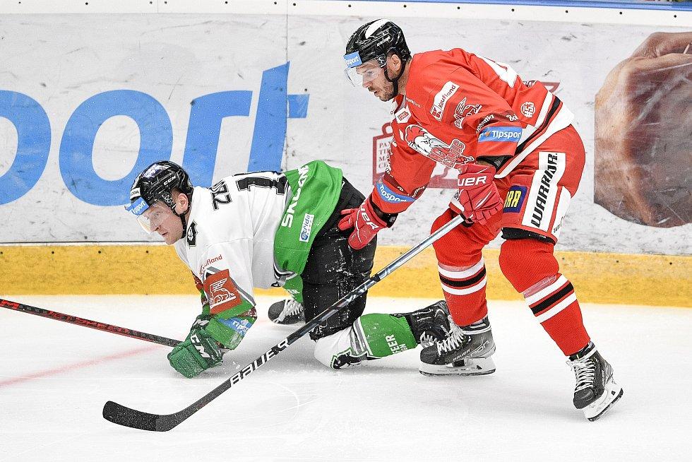 Utkání 1. kola hokejové extraligy: HC Olomouc - BK Mladá Boleslav, 10. září 2021 v Olomouci. (zleva) Adam Zbořil z Mladé Boleslavi a David Krejčí z Olomouce.