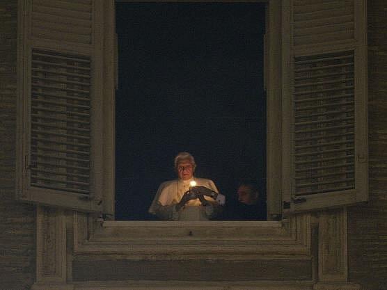 Na Svatopetrském náměstí ve Vatikánu byly slavnostně odhaleny obří jesličky a papež Benedikt XVI. se objevil nakrátko ve svém okně se zapálenou svíčkou, aby tak symbolicky orodoval za mír.