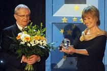 Cenu za přínos dětskému filmu obdržela 31. května na Mezinárodním filmovém festivalu pro děti a mládež ve Zlíně zpěvačka a herečka Jitka Molavcová. Gratuloval jí její umělecký kolega Jiří Suchý.