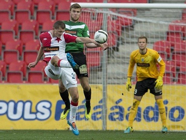 Slavia - Jablonec: Tomáš Necid ze Slavie a Filip Novák z Jablonce bojují o míč před jabloneckým brankářem Romanem Valešem.