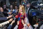 Zuzana Čaputová v obležení novinářů