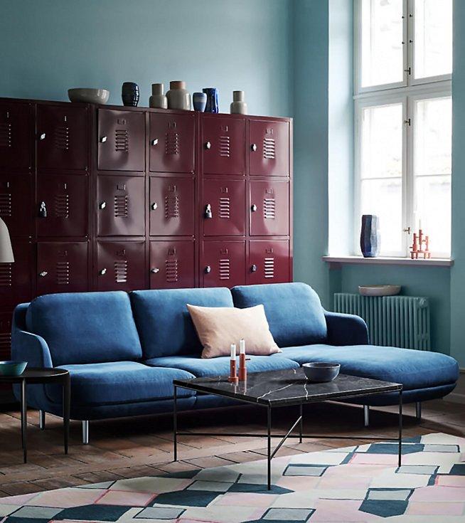 Do industriálního interiéru se hodí i ryze starožitný solitér vpodobě průmyslového svítidla nebo vyřazené kovové registračky. Starý ponk z dílny bude perfektním pracovním stolem.