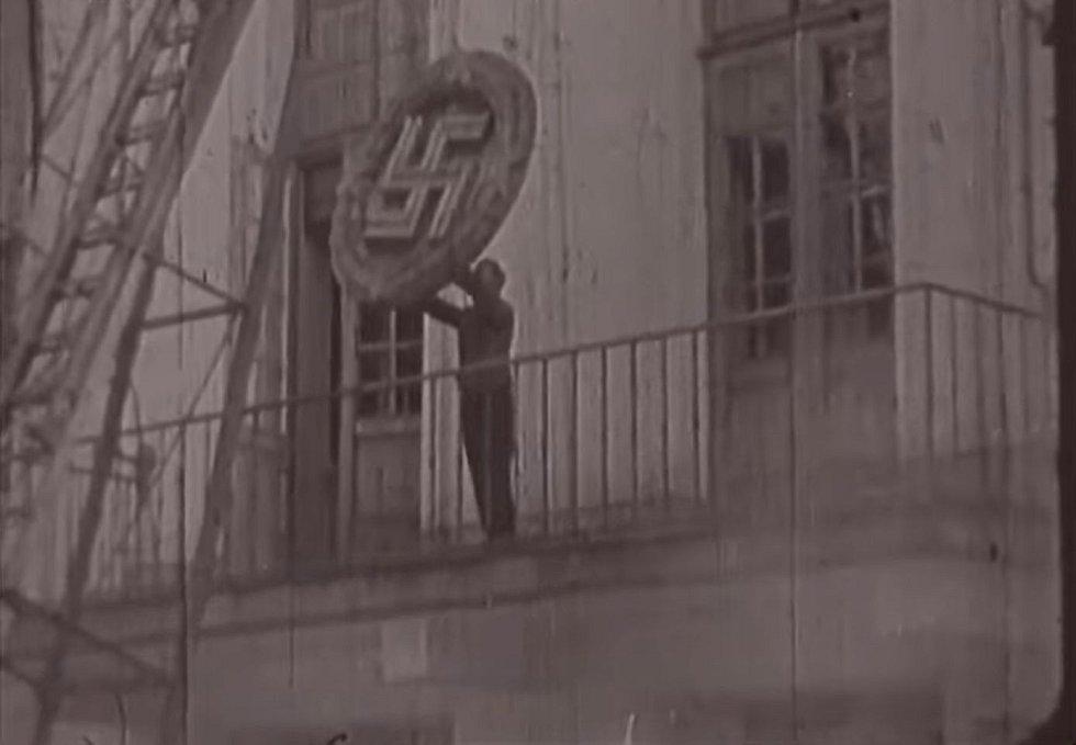 Vedle německých nápisů byly ničeny i oficiální znaky spojené s okupanty