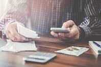 Mobilní bankovní aplikace šetří peníze.
