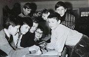 Vzpomínka na školní léta v Týništi z šedesátých let. Fotografie z doby minulé zachycuje účastníky Dějepisného kroužku Základní školy. Tehdejší studenti: Myslivec, Miřijovský, Pešek, Býček, Vach, Matoušek, Zeman a Vykoukal