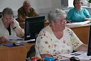 Senioři a práce na počítači. Ilustrační snímek