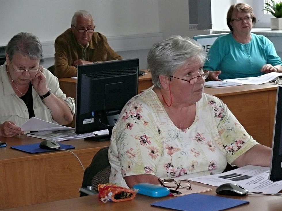 Senioři nezahálí, učí se novým technologiím. A to buď na soukromých kurzech, nebo v domovech pro seniory.