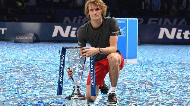 Alexander Zverev s trofejí pro vítěze Turnaje mistrů.