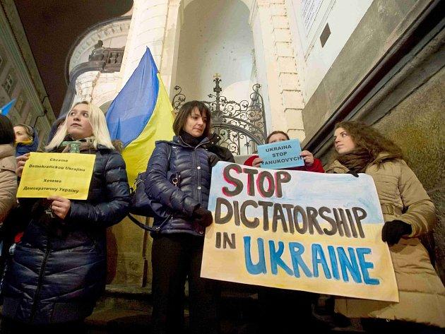 Ukrajinci žijící v České republice uctili 19. února u kostela sv. Klimenta v Praze památku obětí nepokojů v Kyjevě.