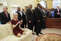 Vzrušené diskuse o morálce prezidentského štábu dnes vyvolala fotografie Kellyanne Conwayové, jak v botách klečí na pohovce Oválné pracovny.