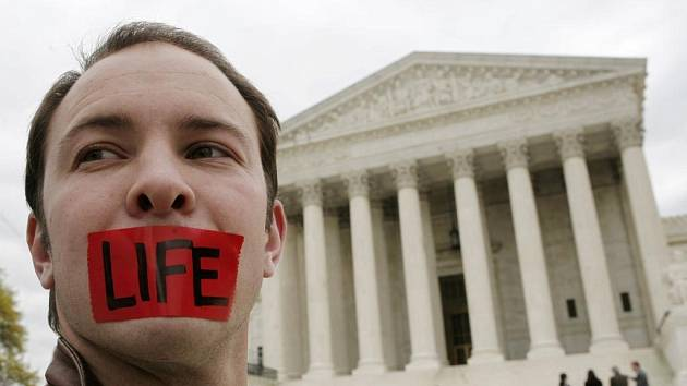 Otázka legálnosti potratů je v USA jednou z nejkontroverznějších otázek rozdělujících společnost i politickou scénu.