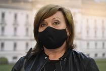 Ministryně financí Alena Schillerová (za ANO) vystoupila na tiskové konferenci po jednání vlády 27. dubna 2020 v Praze