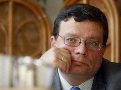 Ministr obrany Alexandr Vondra (ODS) se rozhodl nabídnout premiérovi Petru Nečasovi (ODS) rezignaci na svou funkci. Oznámil to na tiskové konferenci. Řekl, že tak učinil proto, aby nebránil změnám ve vládě a umožnil fungování trojkoaličního kabinetu.