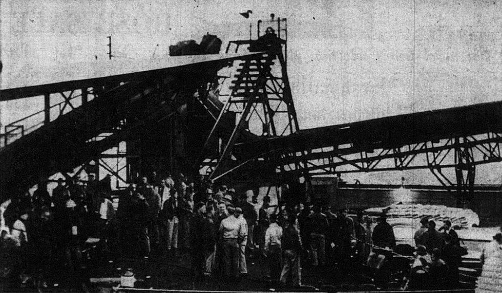 Záchranáři a příbuzní obětí u dolu, v němž došlo k výbuchu