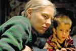 Válka. Ija (Viktorija Mirošničenko) v sobě marně hledá mámu