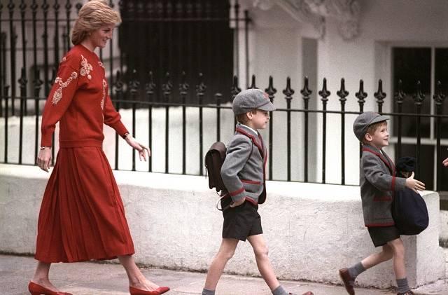Princezna Diana doprovází sedmiletého prince Williama a pětiletého prince Harryho, který jde poprvé do školy