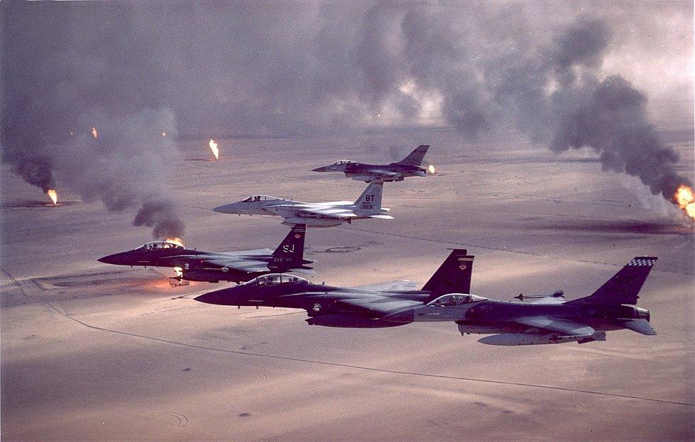 Americká bojová letadla F-16A, F-15C, F-15E nad hořícími kuvajtskými ropnými poli