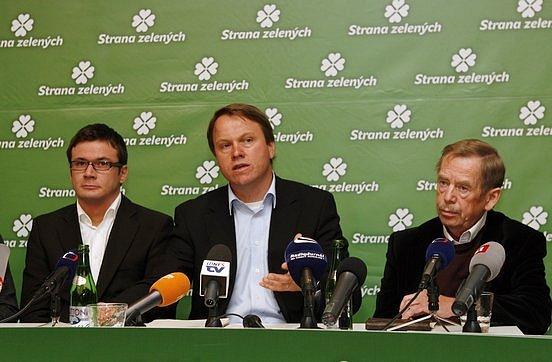Tisková konference Strany zelených za účasti Václava Havla a Karla Schwarzenberga v Café Louvre. (zleva) Liška, Bursík, Havel