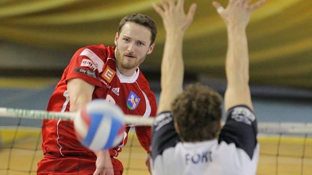 Volejbalisté Ostravy srovnali stav semifinále extraligy s Kladnem na 2:2, Na snímku útočí Konečný proti bloku Fokta.