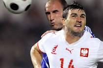 Slovensko otočilo utkání s Polskem. Na snímku v hlavičkovém souboji Michal Zewlakow (vpředu) a Slovák Robert Vittek.