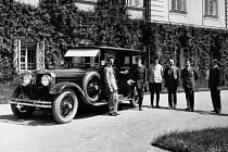 Škoda Hispan Suiza, kterou si 10. května 1926 převzal československý prezident Tomáš Garrigue Masaryk (druhý zleva).