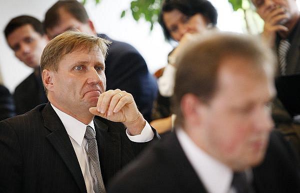Při zasedání Rady ČT probíhal 21. září výběr a volba generálního ředitele České televize. Na snímku zprava Petr Dvořák a Roman Bradáč.