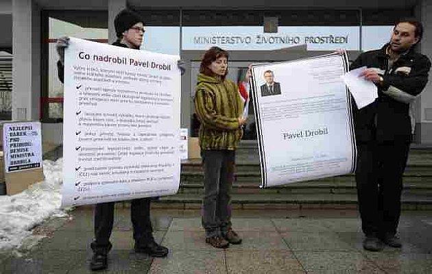 Happening s názvem Poslední rozloučení s ministrem Drobilem aneb česká příroda dostala pod stromeček obrovský dar uspořádala 23. prosince před sídlem ministerstva životního prostředí v Praze ekologická skupina ProAlt.