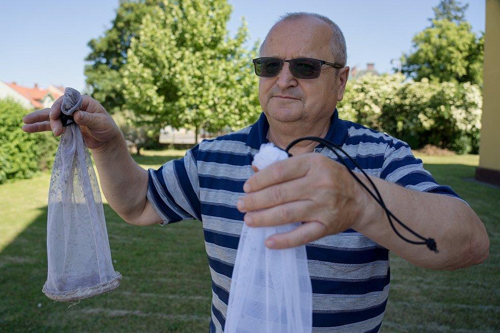 Ke sledování populace komárů slouží hygienikům speciální pasti. Okřídlený hmyz chytají na Břeclavsku v lužních lesích či na březích rybníka v rákosí. Oldřich Šebesta je komárologem už zhruba dvacet let.
