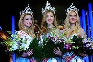Zleva druhá vicemiss Kristýna Kubíčková, Česká Miss 2016 Andrea Bezděková a první vicemiss Natálie Kotková.