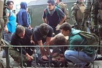 """Dva studenti přišli o život během čtvrtečních protestů v chilském městě Valparaíso. Chilští studenti vytrvale protestují proti reformám vzdělávacího systému prezidentky Michelle Bacheletové, které je podle jejich mínění """"odsunuly na vedlejší kolej""""."""