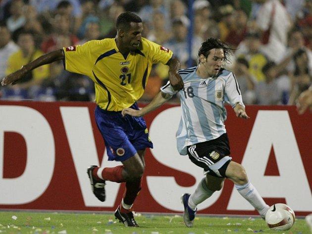 Argentinec Messi (vpravo) v souboji s Jorgem Banguerem z Kolumbie.