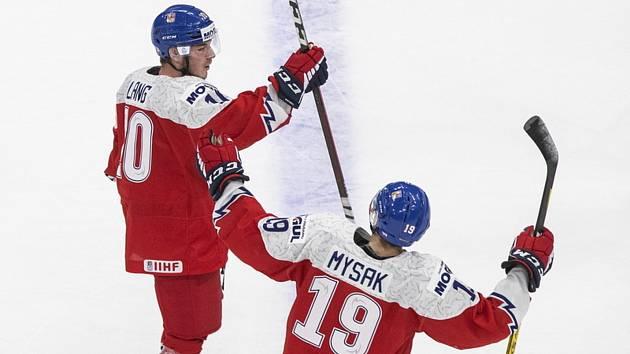 Martin Lang a Jan Myšák - Radující se čeští hokejisté do 20 let Martin Lang (vlevo) a Jan Myšák.