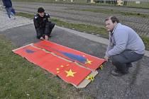 V noci někdo tmavou barvou poškodil desítky čínských vlajek, které jsou po Praze rozmístěny v souvislosti s nadcházející návštěvou čínského prezidenta v České republice.